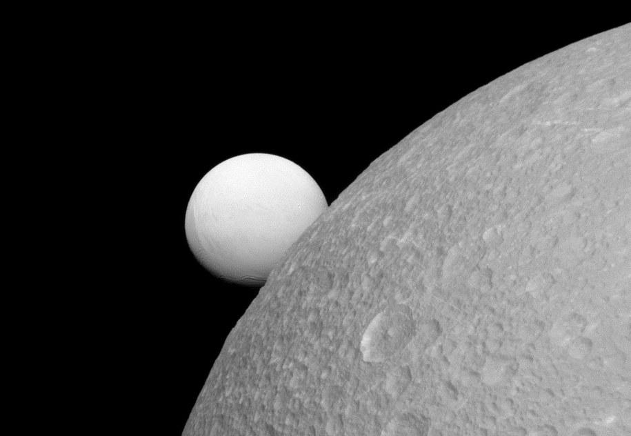 Księżyce Saturna: Dione (bliżej) i Enceladus /NASA/JPL-Caltech/Space Science Institute /materiały prasowe