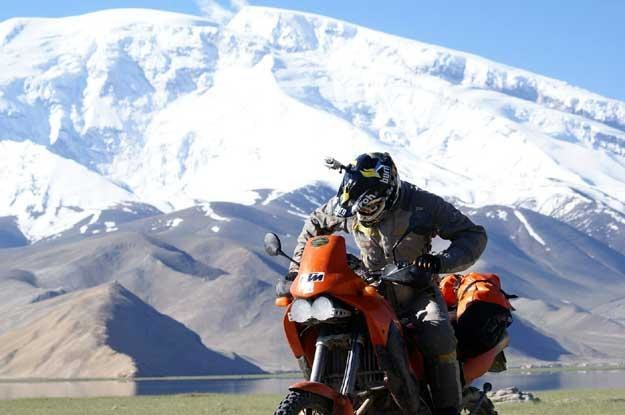 KTM Adventure na tle Muztagh Aty, 7546 m npm /
