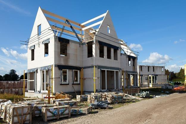 Kto i kiedy dostanie kredyt na budowę domu na działce rolnej? /©123RF/PICSEL