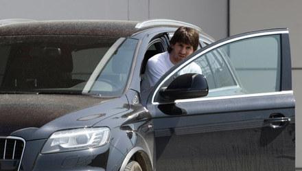 Najlepsi piłkarze świata: Lionel Messi i Cristiano Ronaldo wybrali tę samą markę samochodu. Obaj jeżdżą niemieckim audi. Ale nie tym samym modelem. Argentyńczyk często widywany jest za kierownicą terenowego Q7, zaś Portugalczyk prowadzi sportowe R8. A Ty od którego z gwiazdorów pożyczyłbyś samochód na przejażdżkę?