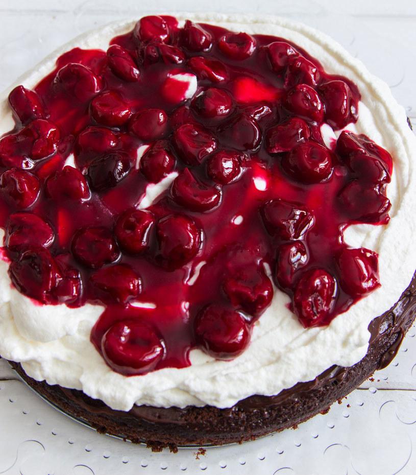 Kto nie lubi ciasta Czarny Las? To połączenie kwaśnych wiśni, bitej śmietany i czekolady /123RF/PICSEL