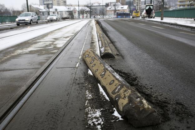 Kto pokryje koszt naprawy zniszczonej miejskiej infrastruktury? /Stanisław Rozpędzik /PAP