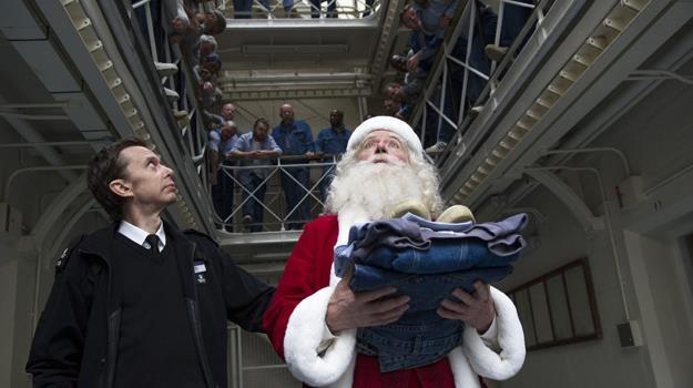 """Kto rozda prezenty, gdy święty zamknięty? Jim Broadbent w scenie z filmu """"Uwolnić Mikołaja!"""" /materiały dystrybutora"""
