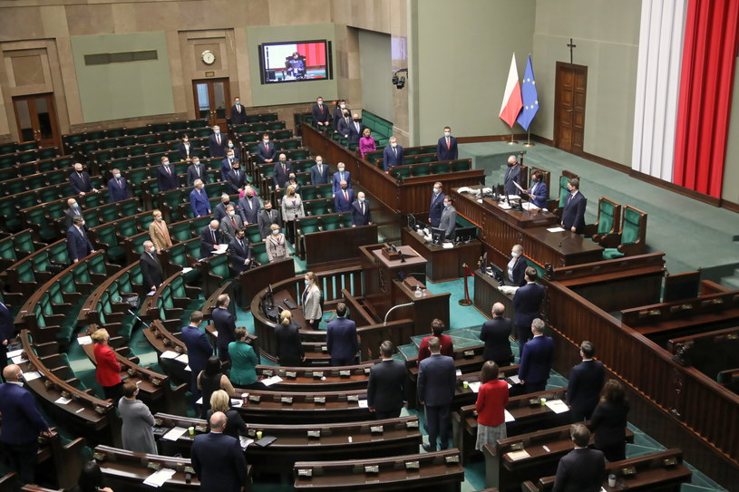 Kto znalazłby się w Sejmie, gdyby wybory przeprowadzono w tym miesiącu? /Wojciech Olkuśnik /PAP