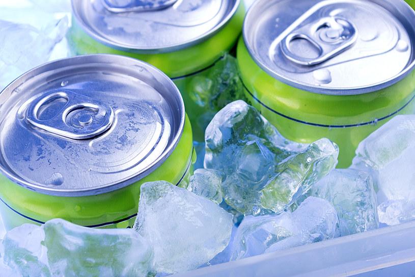 Ktoś namawia się na energetyka z alkoholem? To zabójstwo zdrowia /123RF/PICSEL