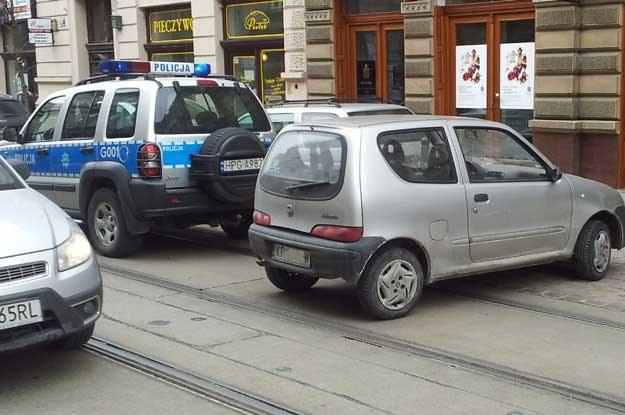 Ktoś pozostawia zaparkowanego na chodniku fiata seicento. Nie zaciąga hamulca ręcznego... /poboczem.pl