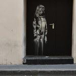 Ktoś ukradł pracę Banksy'ego z miejsca zamachu w Paryżu