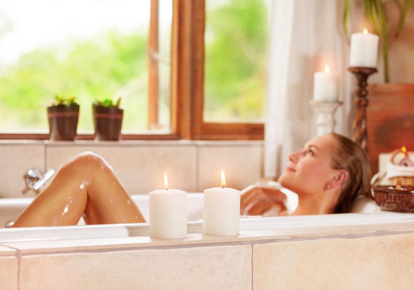 Któż z nas nie marzy zimą o rozgrzewającej kąpieli? /123RF/PICSEL