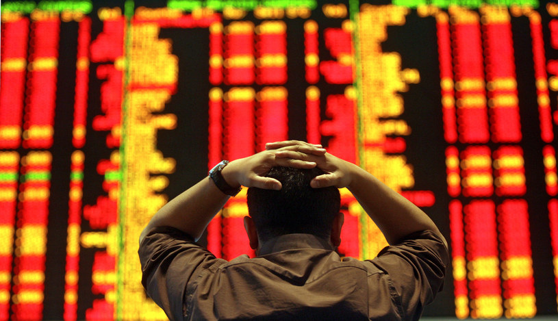 Kuala Lumpur: Inwestor obserwuje spadające notowania spółek /AFP