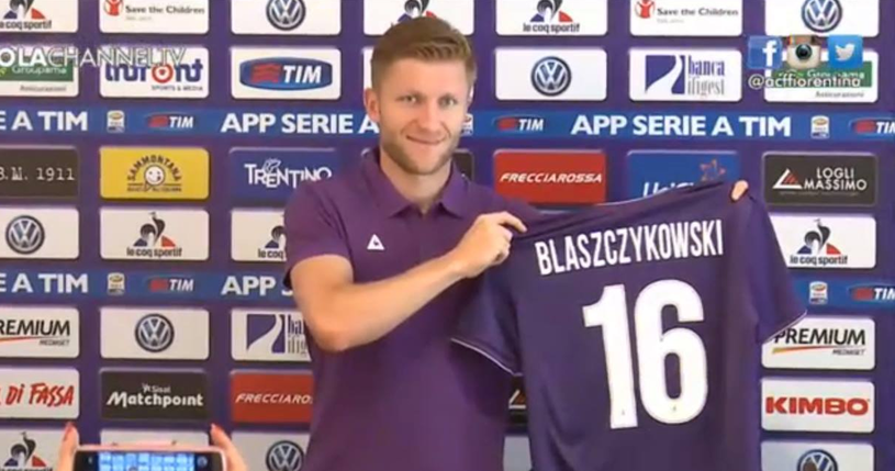 Kuba Błaszczykowski pozuje z koszulką Fiorentiny. Źródło: https://www.facebook.com/KubaBlaszczykowski /INTERIA.PL