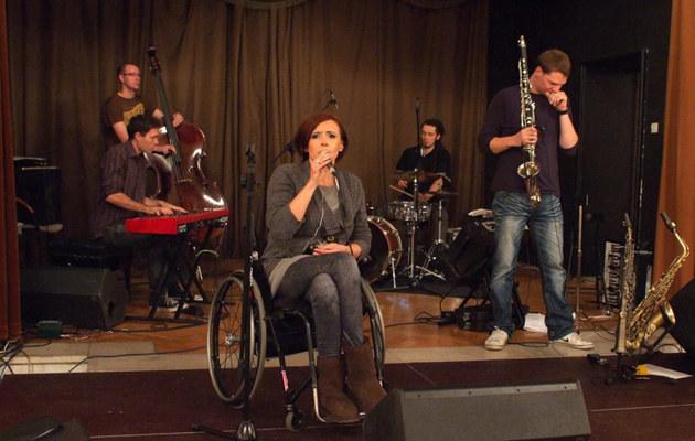 Kuba (pierwszy z prawej) wspiera Monikę również na scenie, fot.Cezary Pecold