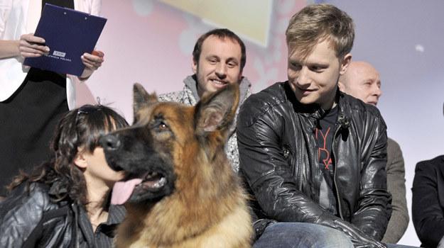 Kuba Wesołowski ze swoim psim partnerem w czasie prezentacji wiosennej ramówki TVP /Piętka Mieszko  /AKPA