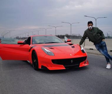 Kuba Wojewódzki szydzi z ludzi, którzy krytykują go za jazdę z prędkością 250 km/h
