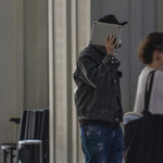 Kuba Wojewódzki zasłania się przed fotoreporterami