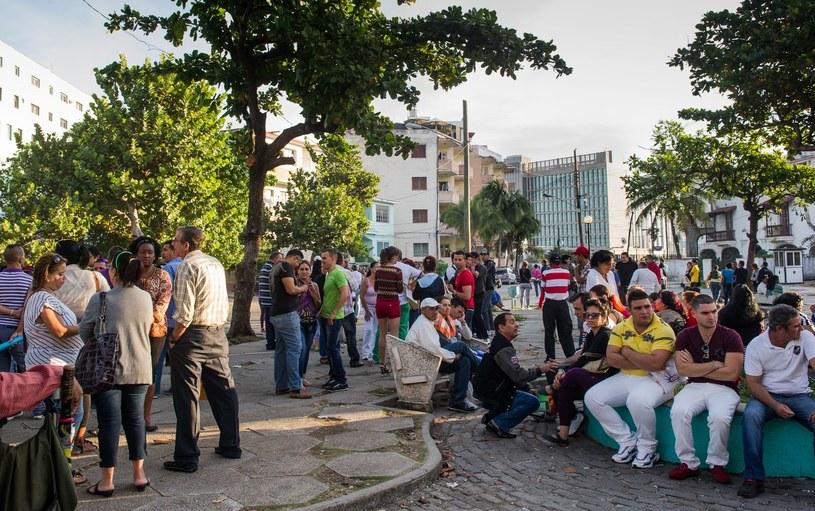Kubańczycy czekają przed ambasadą USA w Hawanie, by móc złożyć wniosek o wizę /AFP