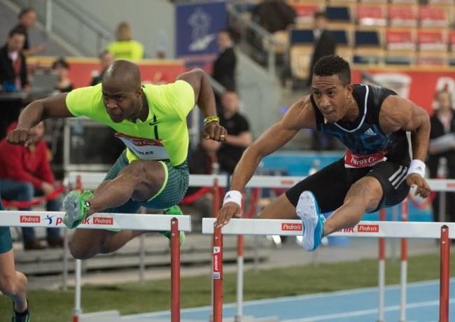 Kubańczycy Orlando Ortega (P) i Dayron Robles (L) w biegu na 60m ppł. /PAP