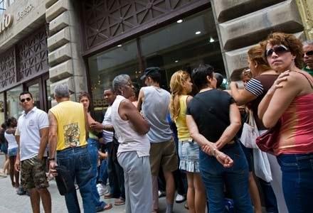 Kubańczycy ustawili się w długich kolejkach po telefony komórkowe /AFP