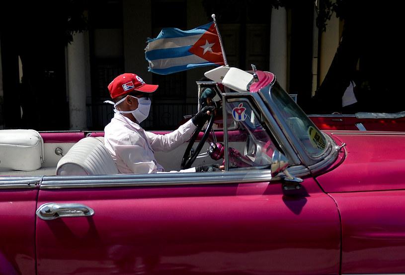 Kubański taksówkarz w rękawiczkach i masce /AFP
