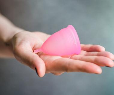 Kubeczek menstruacyjny - jak go używać i dobrać właściwy rozmiar?