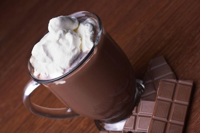 Kubek gorącej czekolady z alkoholem lub przyprawami to doskonały afrodyzjak /123RF/PICSEL