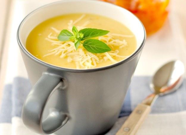 Kubek z rozgrzewającą zupą grochową /123RF/PICSEL