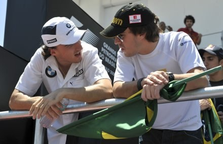 """Kubica do Alonso. """"Fernando, powiedz jak się jeździ bolidem Renault"""" /AFP"""