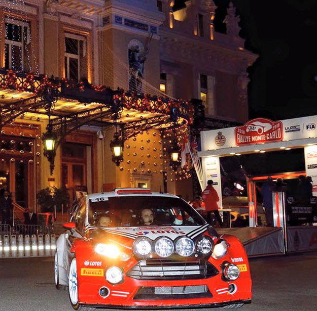 Kubica przed kasynem w Monte Carlo /Fot. Facebook /