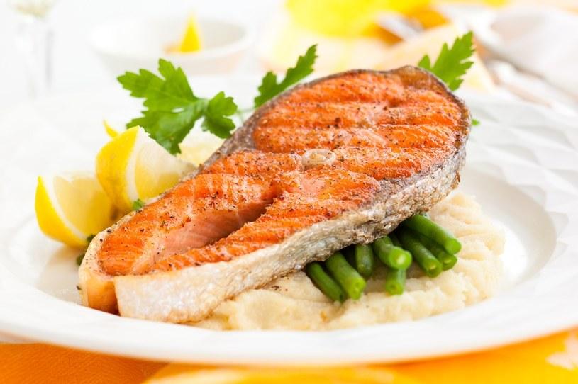 Kucharze zalecają, aby kroić rybę w dzwonka /123RF/PICSEL