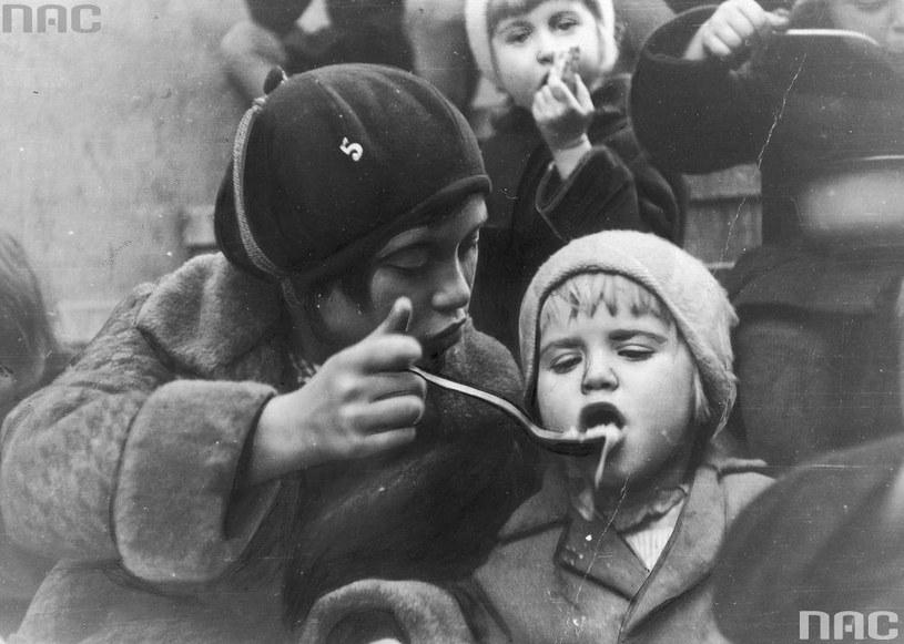 Kuchnia dla bezrobotnych w Katowicach. Dzieci podczas posiłku /Z archiwum Narodowego Archiwum Cyfrowego