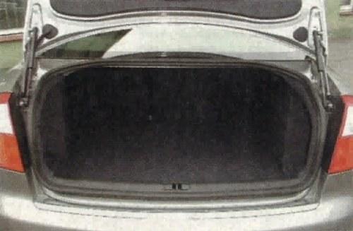 Kufer o pojemności 440 dm3 nie imponuje rozmiarami. Na rodzinny, urlopowy wyjazd lepsze będzie kombi. /Motor