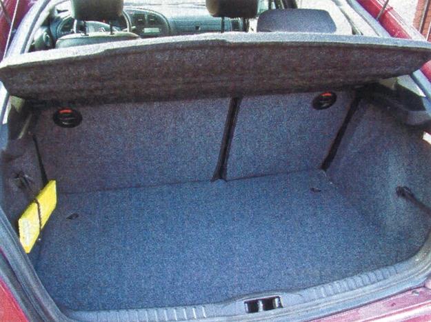 """Kufer Xsary ma pojemność 408 dm3 — to wartość rekordowa w tej klasie aut. Dzięki niemu nieduży przecież """"kompakt"""" może spokojnie służyć za rodzinną limuzynę. /Motor"""
