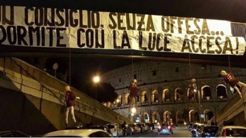 Kukły piłkarzy AS Roma pod mostem w Rzymie /