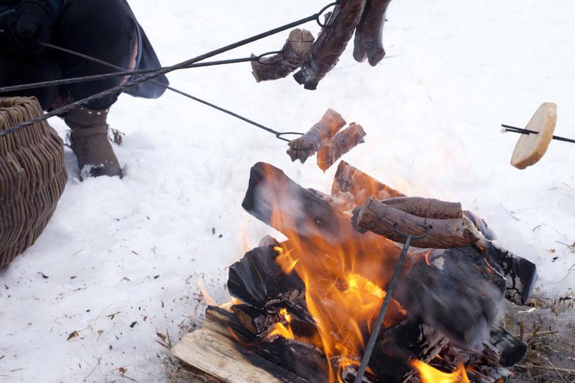 Kulig zwieńczony ogniskiem i pieczeniem kiełbasek? Dlaczego nie! /123RF/PICSEL