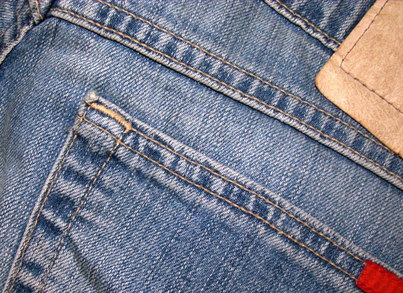 Kultowe jeansy nadal pozostają modne /Picsel /123RF/PICSEL