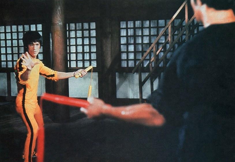 Kultowy żółty strój Bruce'a Lee wraz z jego nunczako sprzedano za 170 tys. dolarów /East News