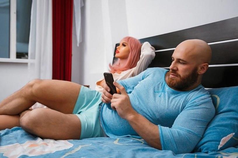 Kulturysta ożenił się z lalką, a potem wziął z nią rozwód! /Instagram