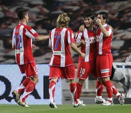 Kun Aguero przyjmuje gratulacje. Espanyol-Atletico 0:2 /AFP
