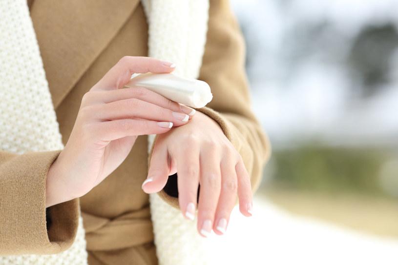 Kup kilka kremów do rąk, by mieć je zawsze pod ręką, przy biurku w pracy, w torebce, na szafce nocnej /123RF/PICSEL