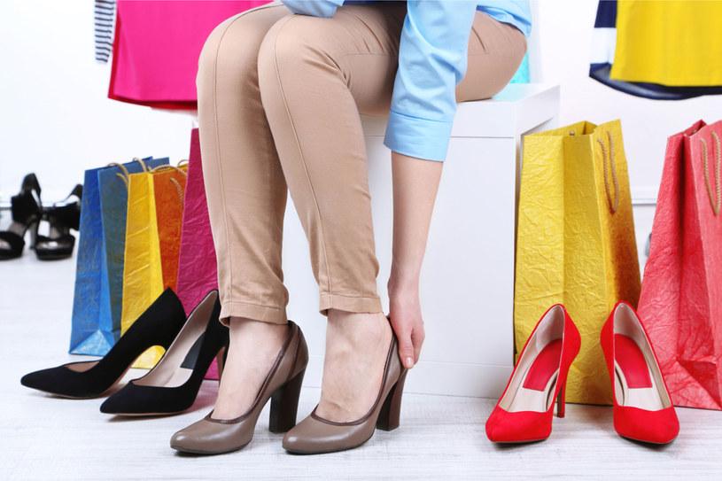 Kupiłaś za małe buty? Nie panikuj! /123RF/PICSEL