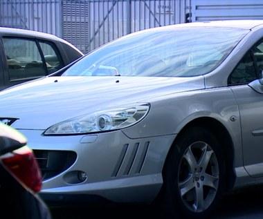 Kupili używane auta, ale przez nieuczciwego sprzedawcę nie mogą ich zarejestrować!