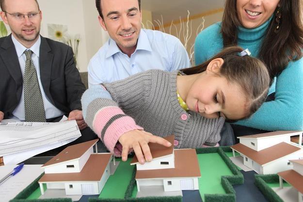 Kupno czy budowa - to dylemat, przed którym stają przyszli właściciele domów /©123RF/PICSEL