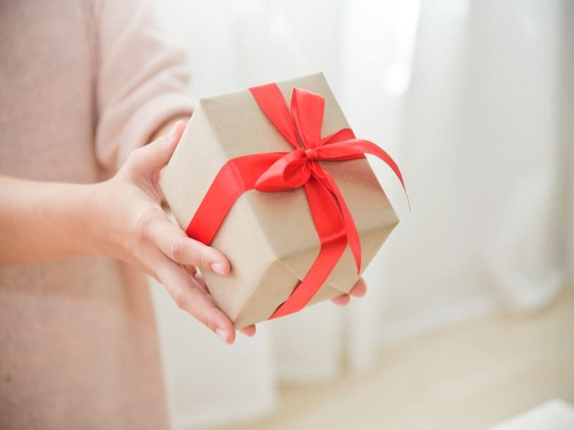 Kupno prezentu dla kobiety bywa kłopotliwą sprawą /123RF/PICSEL