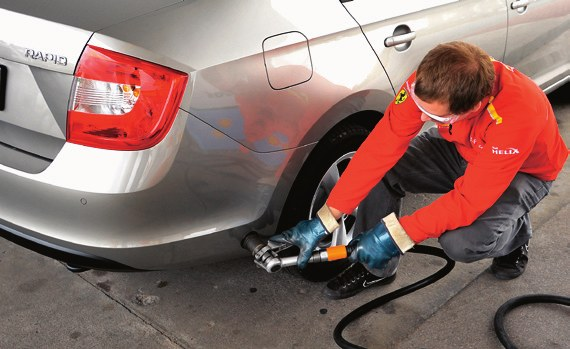 Kupując auto z LPG warto sprawdzić jak zachowuje się podczas tankowania. /Motor