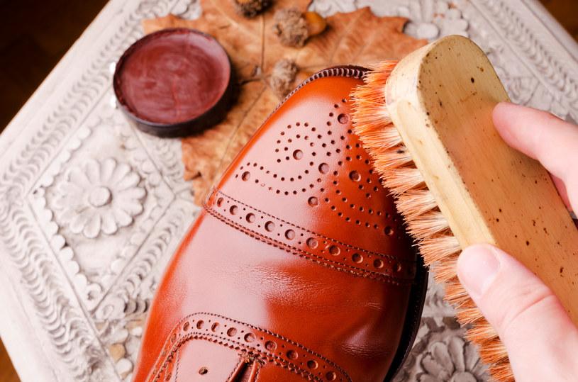 Kupując buty skórzane, należy dokładnie sprawdzić zalecenia związane z ich pielęgnacją /123RF/PICSEL