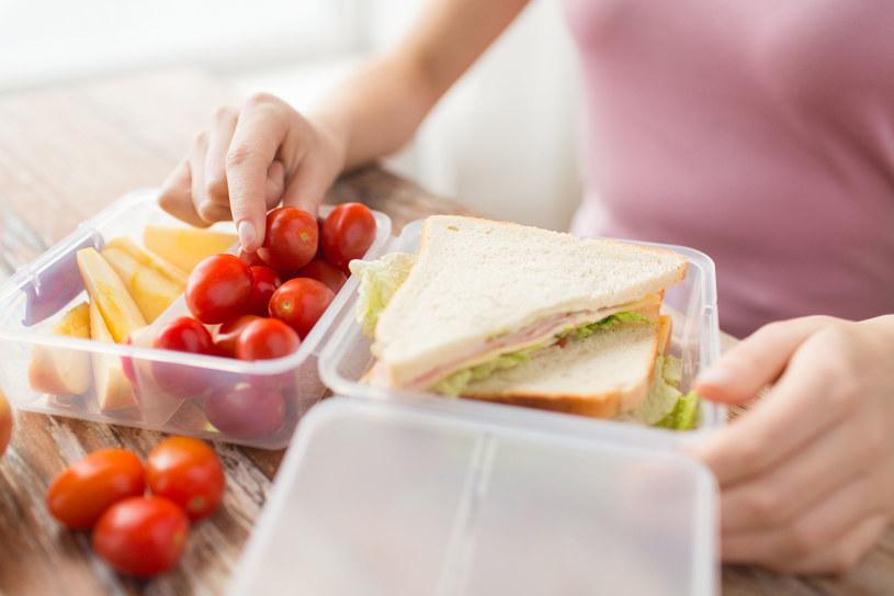 Kupując pojemniki plastikowe do użytku w kuchni, pamiętajmy, by były przeznaczone do kontaktu z żywnością /123RF/PICSEL