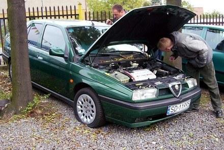 Kupując używane auto trzeba mu się dobrze przyjrzeć / Kliknij /INTERIA.PL