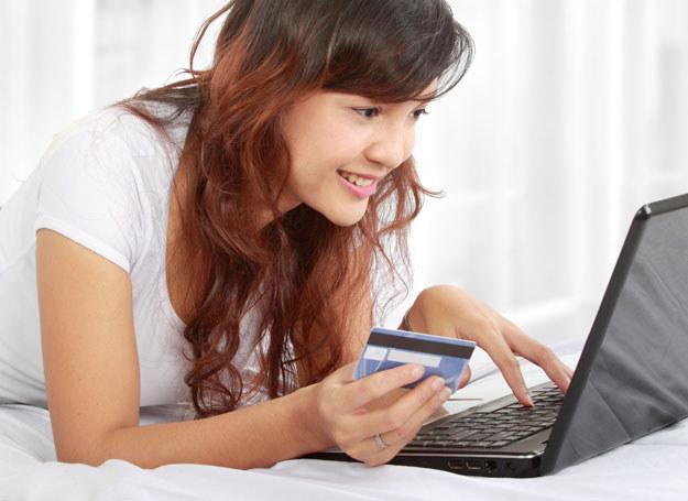 Kupując w internecie, możemy wybierać i przebierać w ofertach bez wychodzenia z domu /123RF/PICSEL
