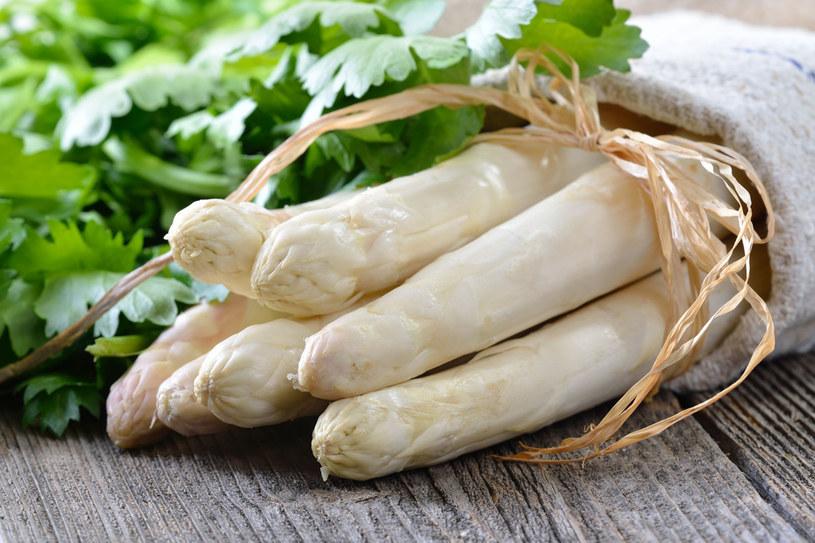 Kupujesz białe szparagi? Wybieraj te średniej wielkości! /123RF/PICSEL