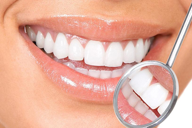 Kuracje przywracającą zębom biel można przeprowadzić w gabinecie stomatologicznym. Jedną z metod jest wybielanie nakładkowe /123RF/PICSEL