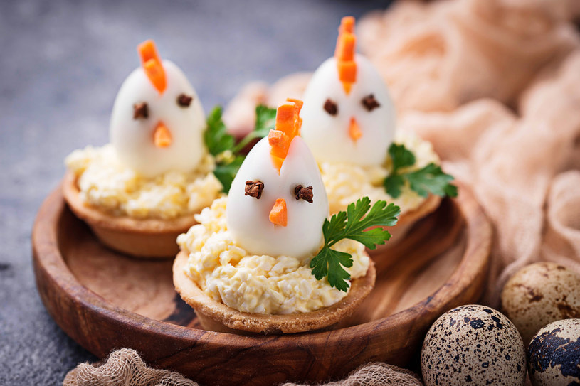 Kurczaczki z jaj można serwować na wiele sposobów /123RF/PICSEL